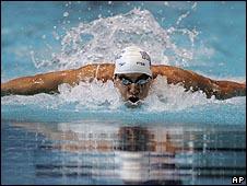 السباح مايكل فيلبس يحطم رقم المئة متر فراشة 090710102435_phelps_body226