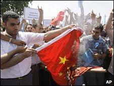 Tại Istambul người Thổ Nhĩ Kỳ phản đối và đốt cờ Trung Quốc