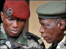 Capitán Musa Dadis Camara (izquierda)