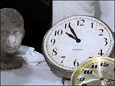 Relojes rescatados del edificio de la AMIA