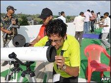 Científico con telescopio