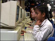 Niños frente a computadoras
