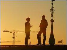 Suecos sobre los tejados de un edificio parlamentario.