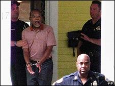 Momento en que Gates es arrestado en su domicilio.