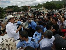 El depuesto presidente Manuel Zelaya habla por megáfono en la frontera con Honduras.
