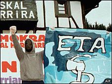 Militante con cartel de ETA