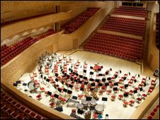 два года концертный зал на полторы тысячи мест с перво- классной акустикой встречает любителей музыки(тем вре...