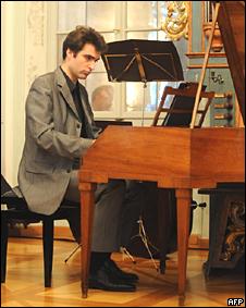 El músico austriaco Florian Birsak toca una de las dos piezas de piano de Mozart.