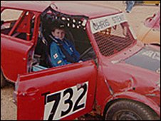 Chris Stewart em seu Mini-cooper de corrida em 2006 (Cortesia da família)