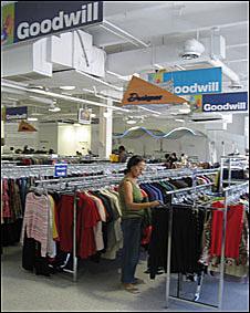 Una mujer comprando en la tienda Goodwill