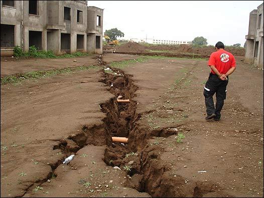 Extração de água em excesso causa rachaduras gigantes no solo do México