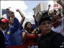 Manifestantes a favor contra la ley de educación en Venezuela