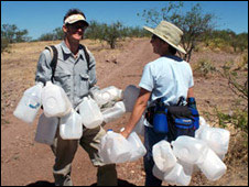 Voluntarios con botellas de agua en el desierto de Arizona (foto: ONG No More Deaths)