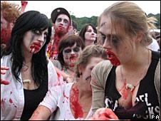 Grupo de jóvenes disfrazados de zombies.