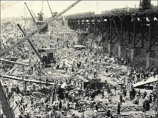 Represa de Asuán en construcción