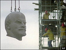 Retirada de una estatua de Lenin. Imagen de archivo.