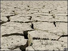 Foto de archivo de suelo con grietas por sequía