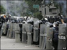 Policías arrojan gases lacrimógenos a manifestantes en Caracas (Foto de AP).