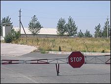 src=http://www.bbc.co.uk/worldservice/assets/images/2009/08/27/090827074912_border226.jpg