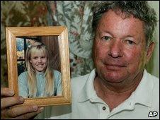 Carl Probyn con foto de Jaycee Lee Dugard de niña.