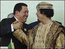 Hugo Chávez y Muamar Gadafi en 2009, (foto de archivo)