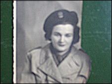 Hanna con su uniforme de combatiente