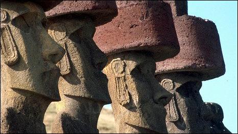 На многие статуи на острове Пасхи тысячу лет назад были воодружены красные каменные шапки