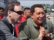 Hugo Chávez (dcha.) y Oliver Stone