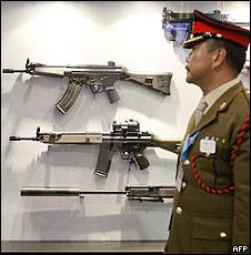 Oficial chino en Dsei, en Londres.