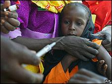 Criança sudanesa sendo vacinada por equipe da Unicef (Foto: AP)
