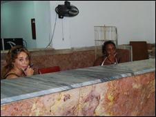 Trabajadoras en oficina de Correos en Cuba (Foto: Raquel Pérez)