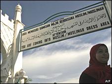 Señal de cómo vestirse en la mezquita de Banda Aceh, Indonesia