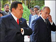 بوتين يوقع سلسلة من اتفاقات الطاقة والفضاء مع شافيز 090915084940_chavez_putin_226i