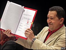 Hugo Chávez presentando la ley de educación.