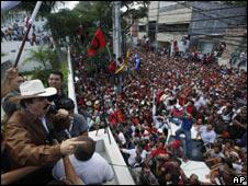 Manuel Zelaya se dirige a sus partidarios desde la embajada de Brasil