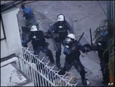 La policía choca con simpatizantes de Zelaya fuera de la embajada de Honduras.