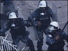 Policía hondureña dispersa a los seguidores de Zelaya