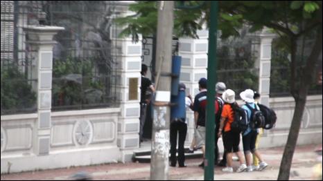 Nhóm người tỵ nạn Bắc Hàn vào Đại sứ quán Đan Mạch qua cổng chính