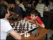 Niño armenio jugando a lajedrez