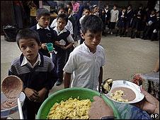 Crianças são alimentadas em Guatemala