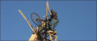 William Kamkwamba em cima de um dos moinhos construídos por ele