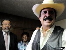 Manuel Zelaya con delegados brasileños