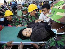 Rescate de la sobreviviente Susi Revika Wulan Sari