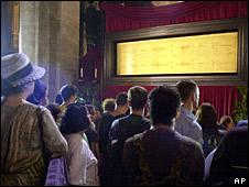Feligreses observan el Santo Sudario en la catedral deTurín