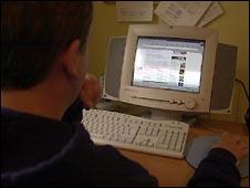 Joven frente a un computador