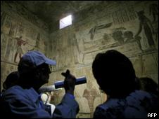 Turistas observan la tumba de Tetaki en Egipto