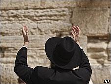 Judío orando en el muro de las Lamentaciones