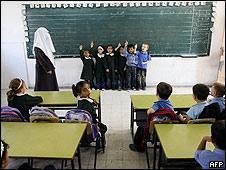 Niños palestinos en una escuela de Gaza