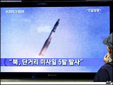 Imagen de la tv surcoreana que muestra el lanzamiento de cohetes por parte de Corea del Norte