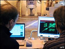 Dos jóvenes frente a sus computadoras